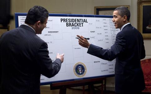 Barack_Obama_fills_out_2009_NCAA_Men's_Div_I_Tournament_bracket_3-17-09